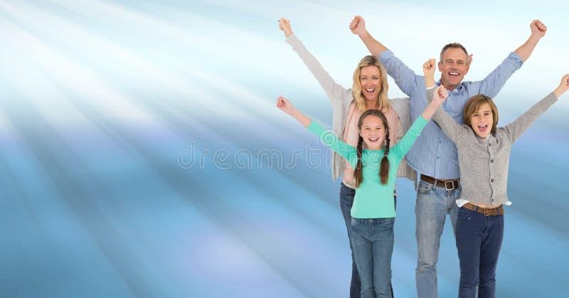 Família que comemora com alegria com o azul que brilha raias claras imagens de stock