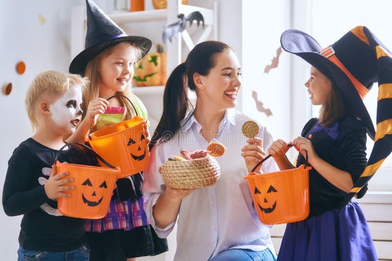 Família que comemora Dia das Bruxas imagens de stock