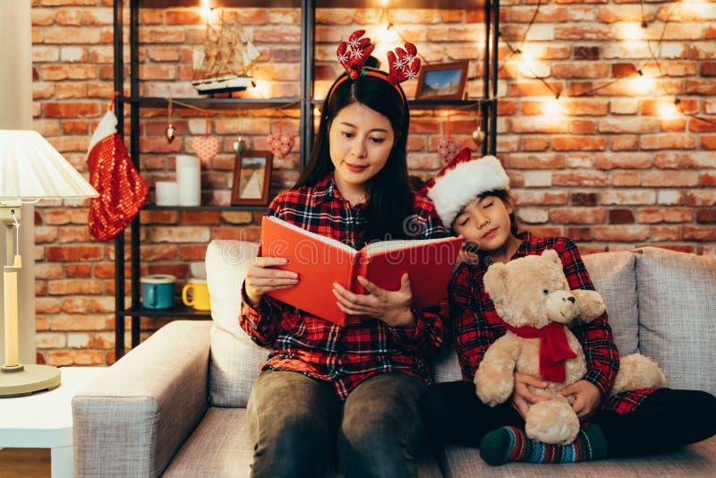 Família que comemora a Noite de Natal do tempo da história foto de stock