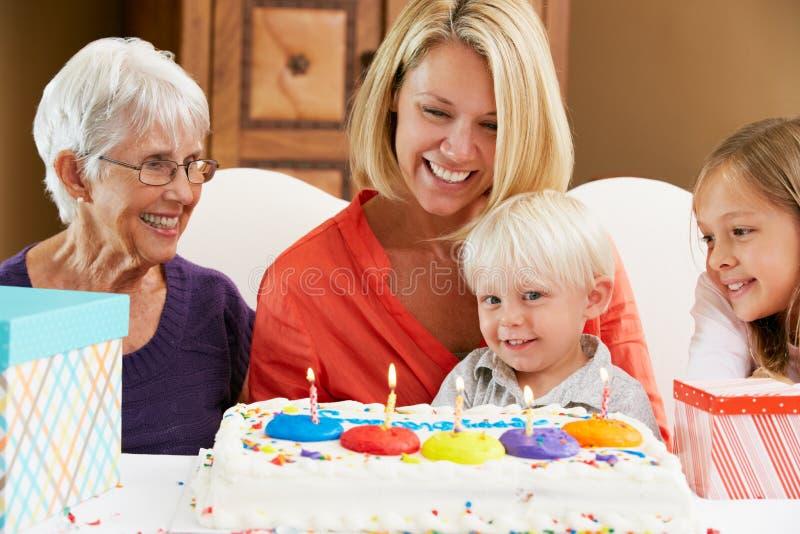 Família que comemora o aniversário da criança fotos de stock royalty free