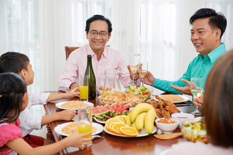 Família que comemora o jantar fotografia de stock