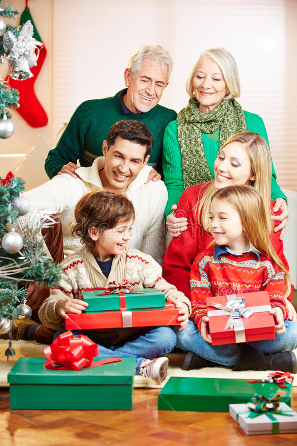 Família que comemora o Natal com presentes imagens de stock royalty free