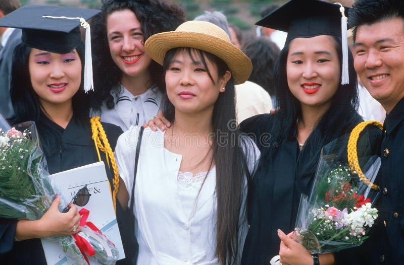 Família que comemora uma graduação da faculdade foto de stock