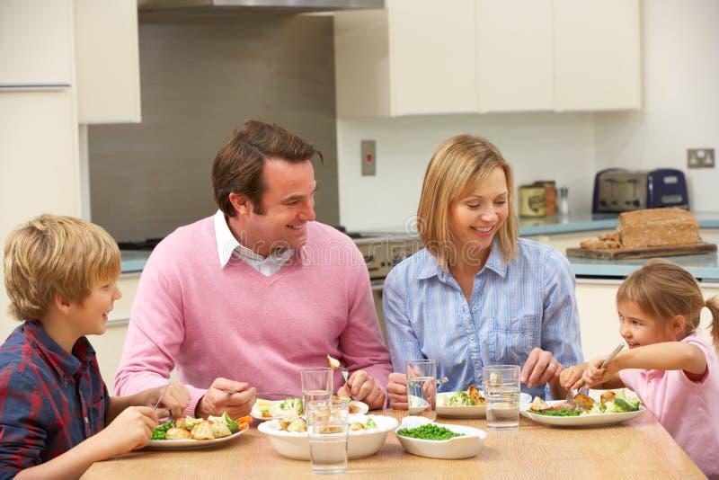 Família que compartilha da refeição junto em casa fotos de stock royalty free