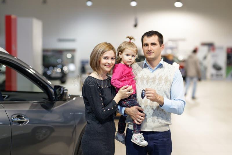Família que compra o carro novo imagens de stock royalty free