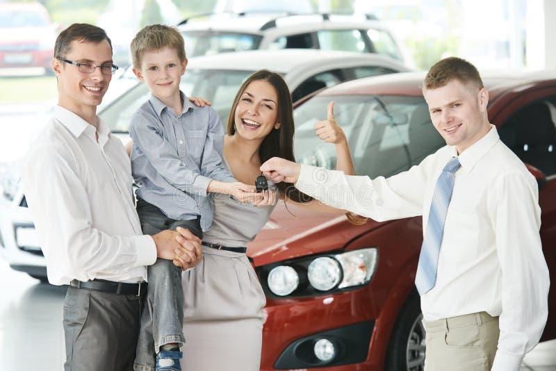 Família que compra um carro fotos de stock royalty free