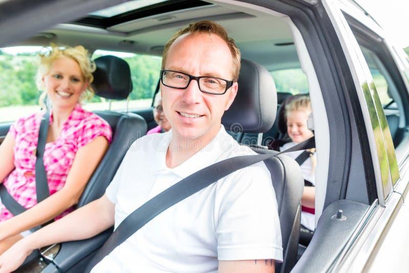 Família que conduz no carro fotografia de stock royalty free
