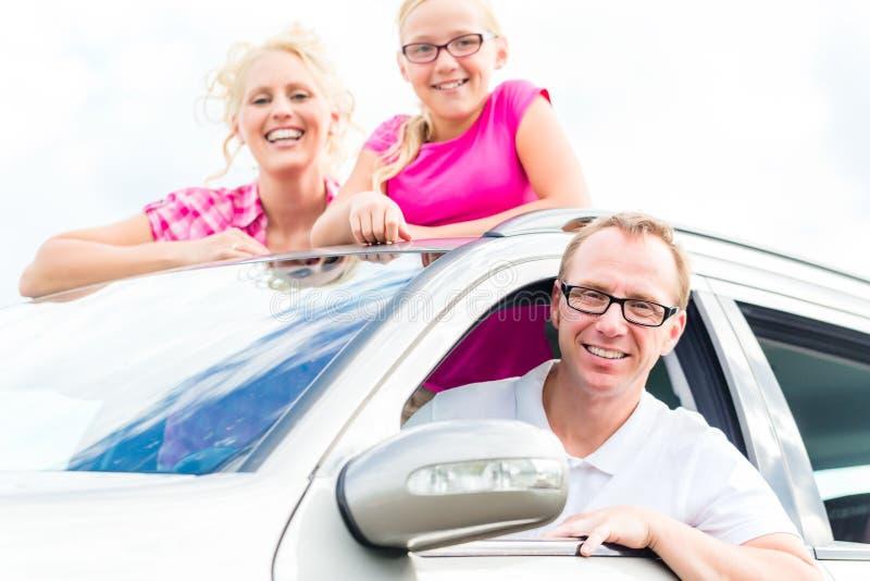 Família que conduz no carro fotografia de stock