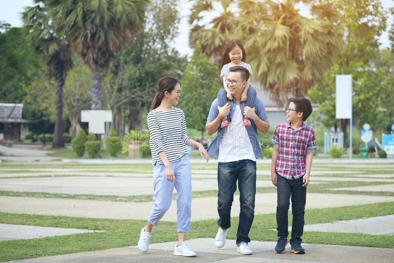 Família que corre através do jardim no parque, família feliz no parque, imagens de stock royalty free