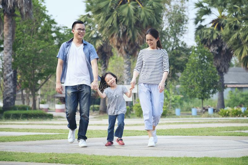 Família que corre através do jardim no parque, família feliz no parque, imagens de stock