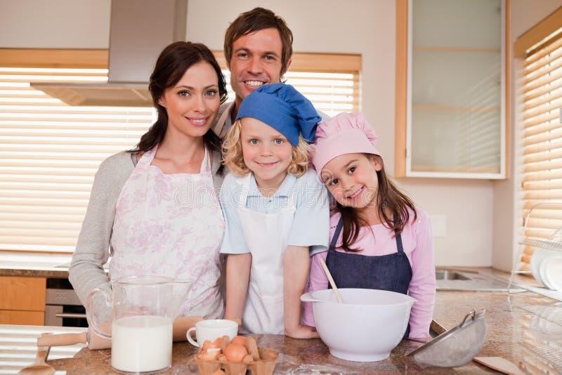 Família que coze junto imagem de stock