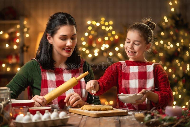 Família que cozinha cookies do Natal fotografia de stock royalty free