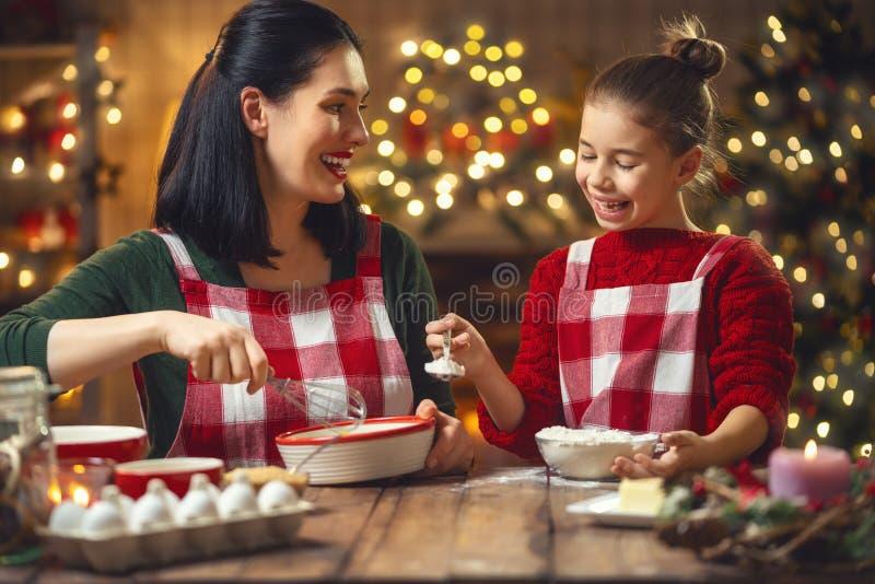 Família que cozinha cookies do Natal imagens de stock royalty free