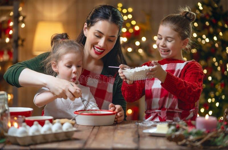 Família que cozinha cookies do Natal fotografia de stock