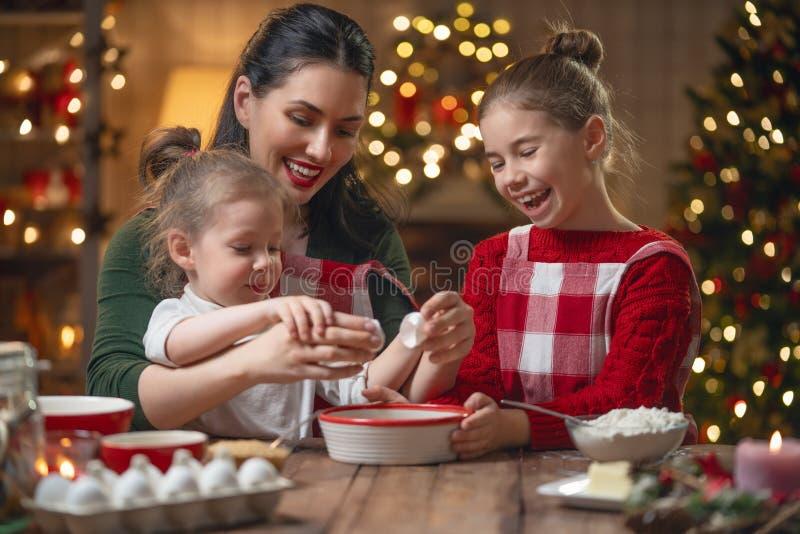 Família que cozinha cookies do Natal imagem de stock royalty free