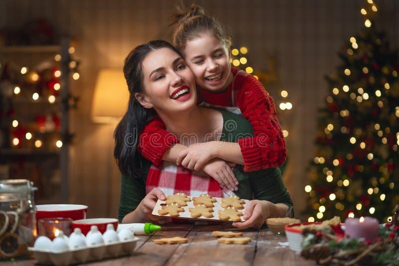 Família que cozinha cookies do Natal foto de stock royalty free