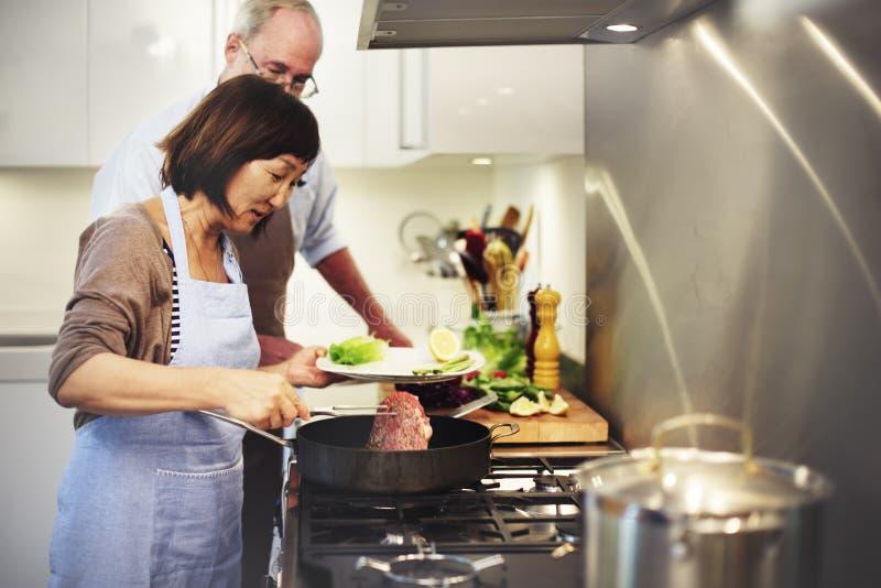 Família que cozinha o conceito da unidade do alimento da cozinha foto de stock royalty free