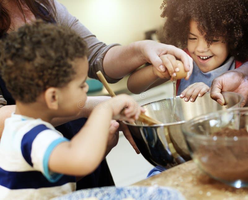 Família que cozinha o conceito da unidade do alimento da cozinha imagem de stock royalty free