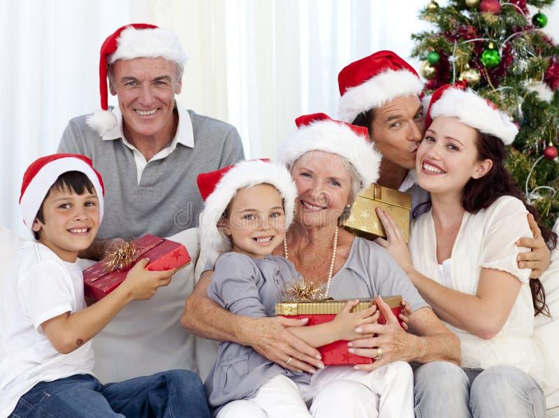 Família que dá presentes para o Natal fotos de stock royalty free