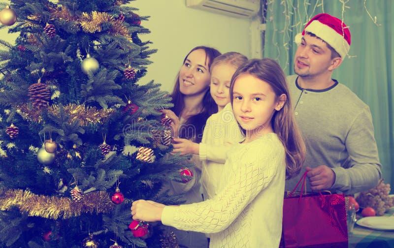 Família que decora a árvore de Natal em casa fotografia de stock royalty free