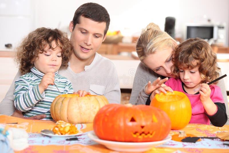 Família que decora abóboras foto de stock