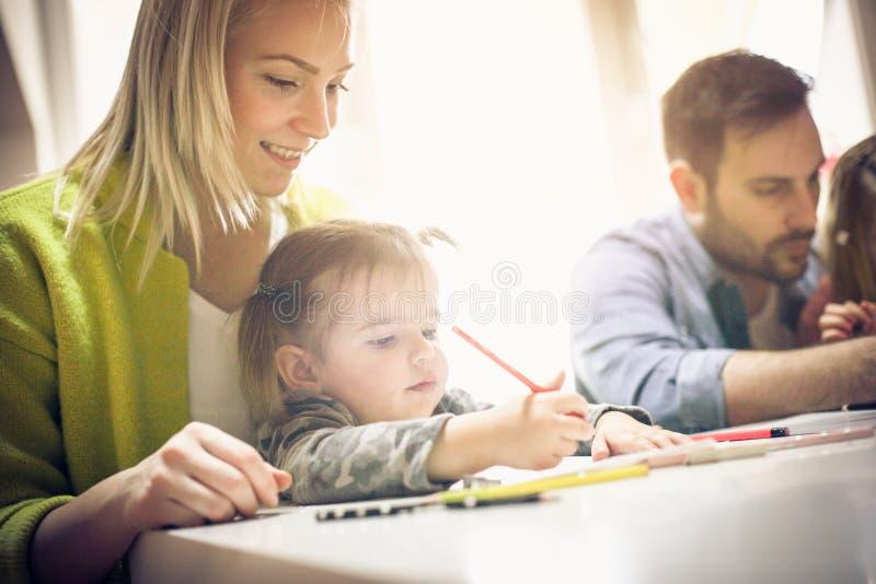 Família que desenha junto fotografia de stock