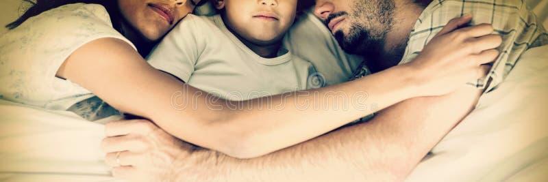 Família que dorme junto fotos de stock