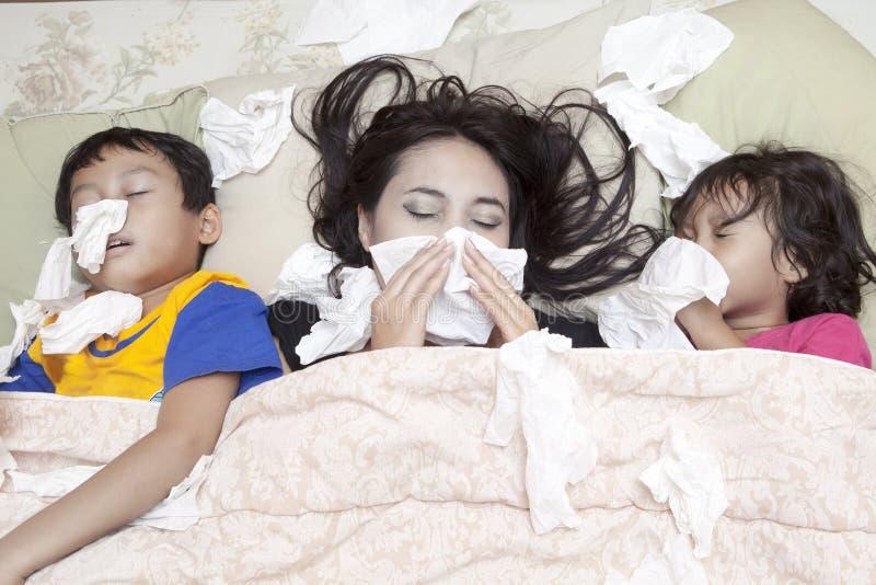 Família que está com a gripe imagens de stock royalty free