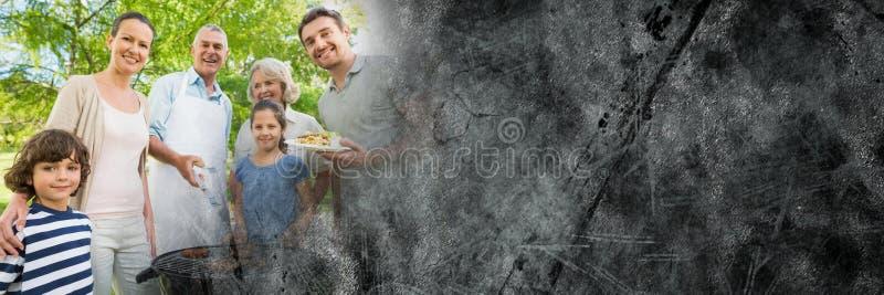Família que está em torno do BBQ com transição cinzenta do grunge fotografia de stock