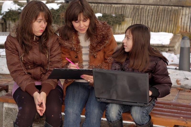 Família que estuda o portátil foto de stock royalty free