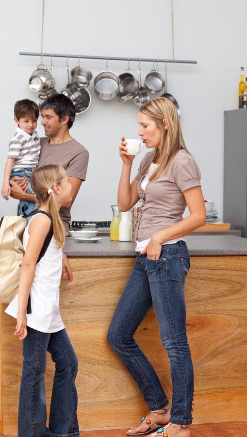 Download Família Que Fala Na Cozinha Antes Da Escola Foto de Stock - Imagem de adultos, cozinha: 12813152