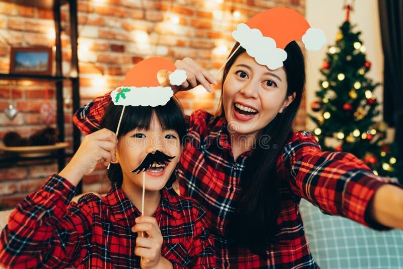 Família que faz a cara engraçada que toma o selfie em casa imagem de stock royalty free