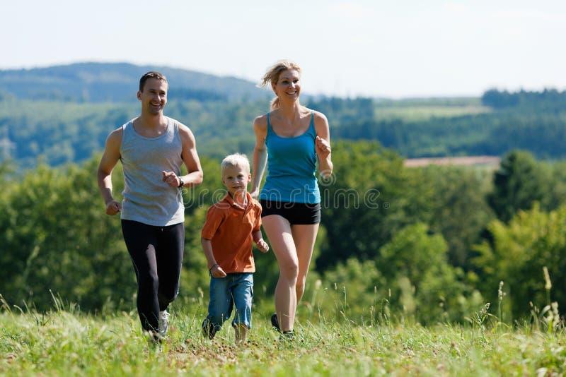 Família que faz esportes - movimentando-se foto de stock