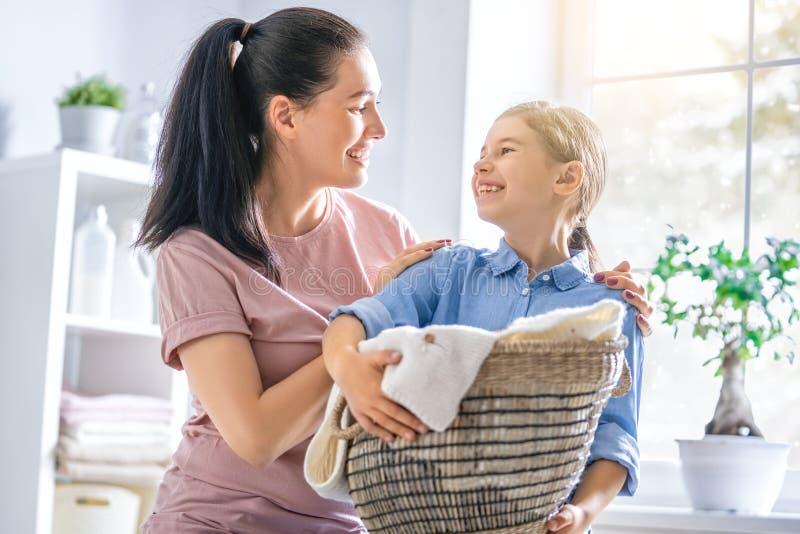 Família que faz a lavanderia em casa imagens de stock royalty free