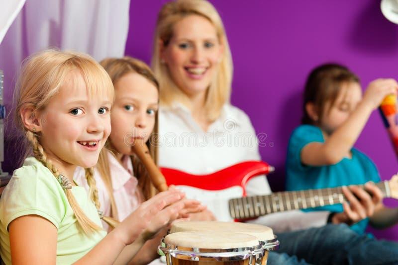 Família que faz a música fotografia de stock royalty free