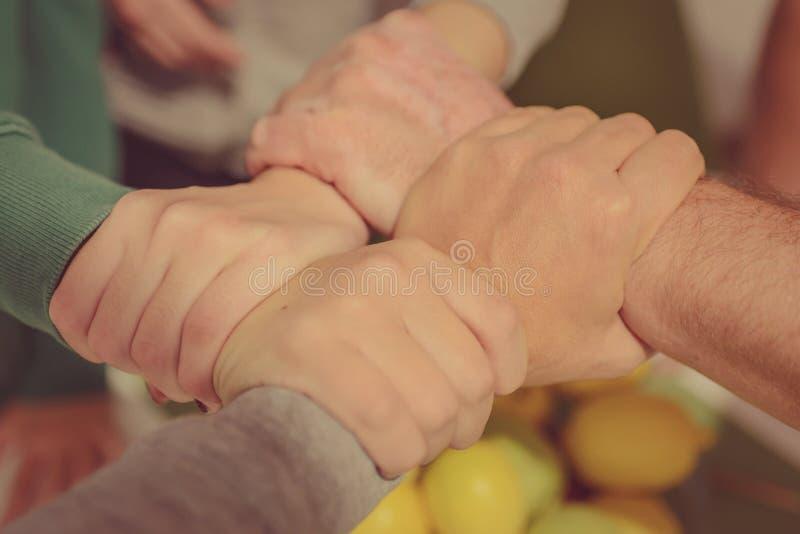 Família que guarda as mãos foto de stock
