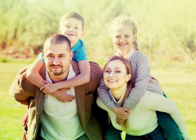 Família que guarda a menina e o menino fotografia de stock
