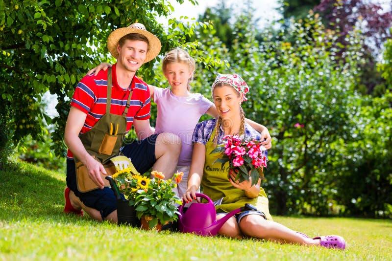 Família que jardina no jardim que tem o divertimento fotografia de stock