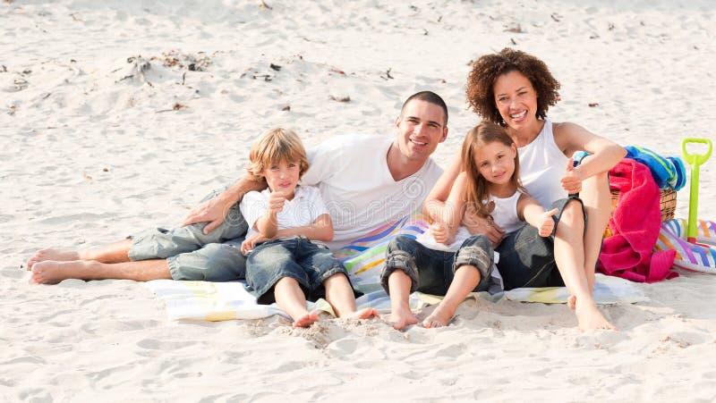Família que joga com a areia imagens de stock royalty free
