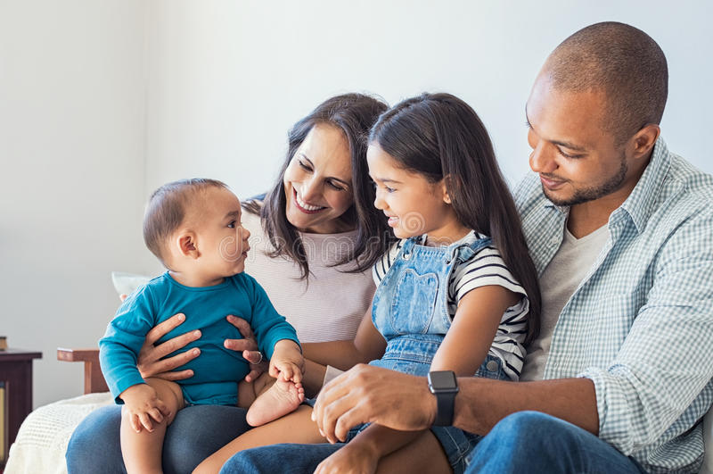 Família que joga com bebê fotografia de stock
