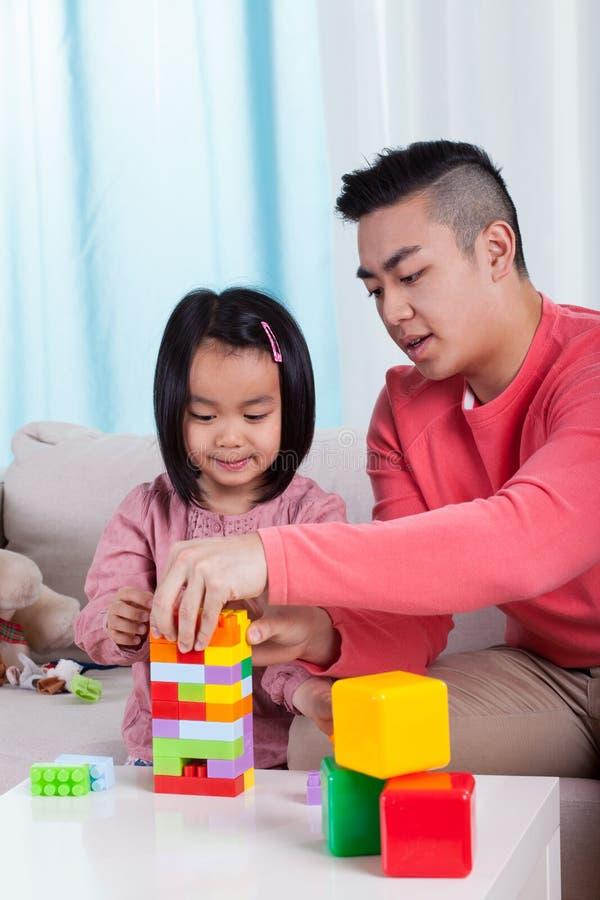 Família que joga com blocos fotografia de stock