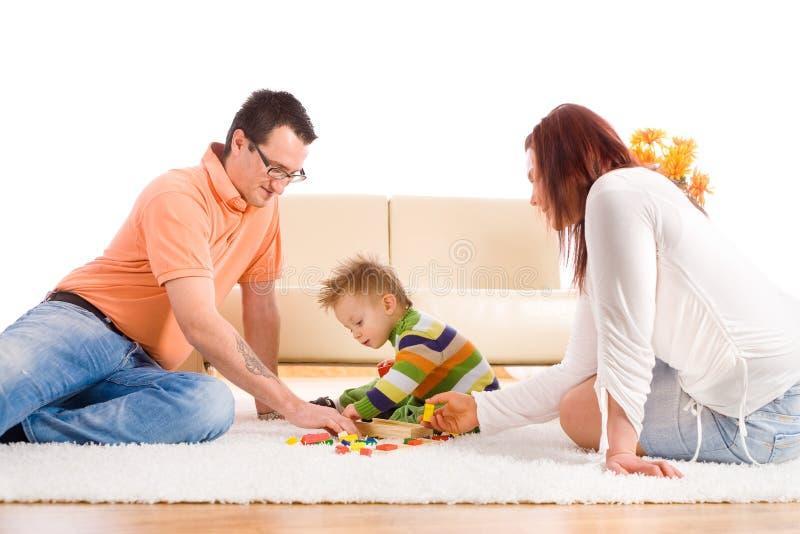 Família que joga em casa fotos de stock royalty free