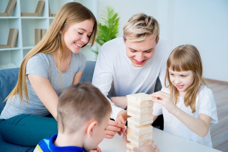 Família que joga Jenga foto de stock royalty free