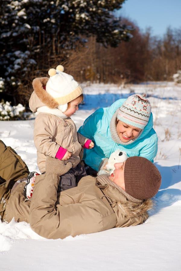 Família que joga na neve fotografia de stock