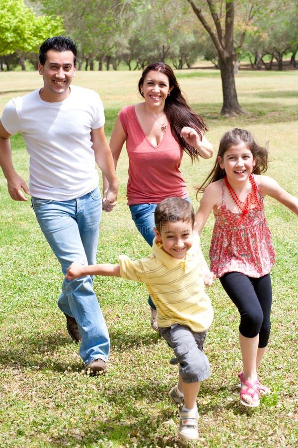 Família que joga no campo verde fotos de stock royalty free