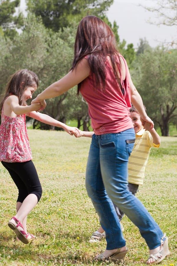 Família que joga no parque imagem de stock royalty free