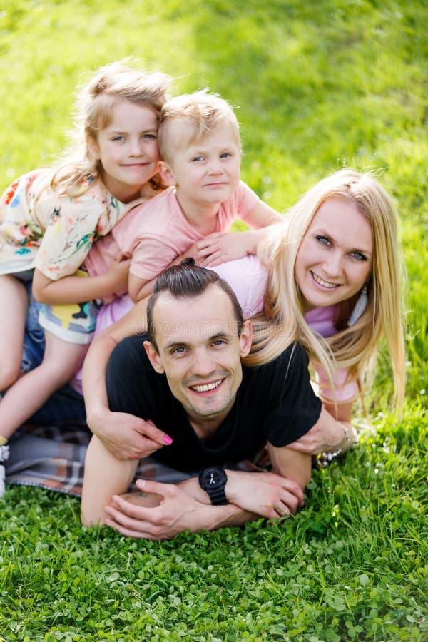 Família que joga no parque imagens de stock royalty free