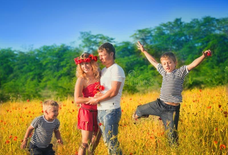 Família que joga no prado fotografia de stock royalty free