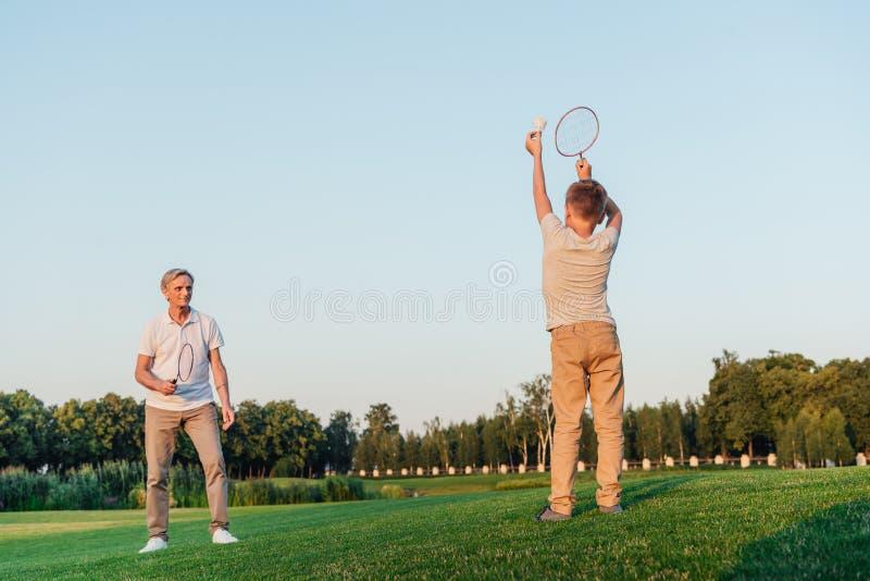 Família que joga o badminton junto imagem de stock