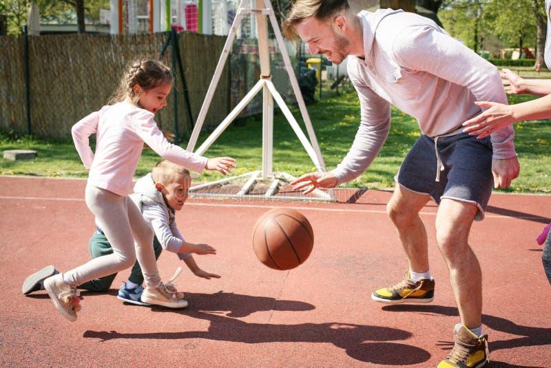 Família que joga o basquetebol fotografia de stock